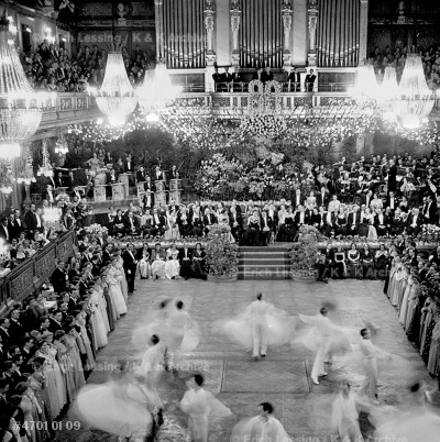 Peace returns to war-damaged Vienna:the opening waltz