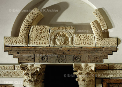 North portal of the Baouit-chapel. Carved stone, Corinthian capitals. The lintel is acacia-,tamarisk- and fig-wood. H:250 cm          E 16985 Detail of 08-01-22/33