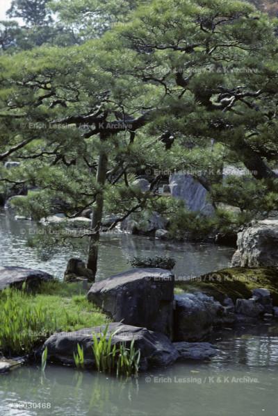 Kobori Enshu designed and built villa and gardens for prince Toshito in 1590. The gardens of Villa Katsura.
