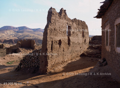 The village of Telouet (1800 m).Telouet was the        point where caravans crossed the Atlas Mountains,      paying a fee to the owners of the fortress.            Caravans no longer cross and few tourists come to      look at the abandoned kasbah.