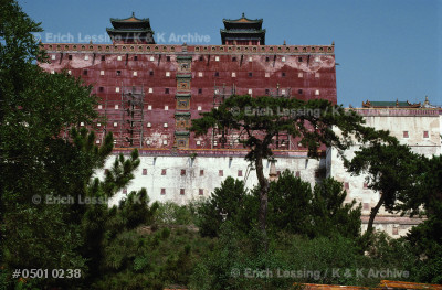 Putuozongshengmiao, built to resemble Potala Palace    in Lhasa. In 1780, the Panchen Lama, spiritual head of Tibetan Buddhists, travelled 13 months to Shengde to   join the celebrations for the 80th birthday of Emperor Qianlong. He was received in this Tibetan-style temple.