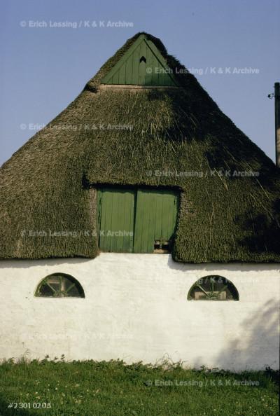 Straw-thatched farmhouse near Husum,Schleswig,         Germany.