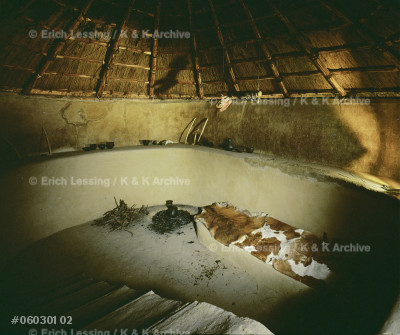 Two reed-thatched Aunjetitz houses.                    