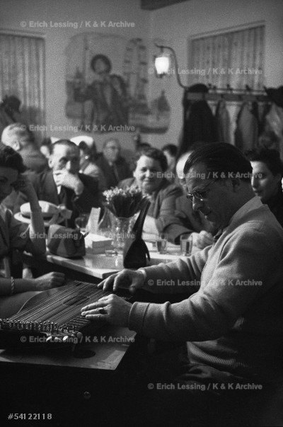 """Life in post-war Vienna:Anton Karas, publican and composer of the """"Harry-Lime theme"""" plays the zither for his guests."""" The Third Man"""", Carol Reed's post-war epic of crime in post-war Vienna, starred Orson Welles. Vienna,1954"""