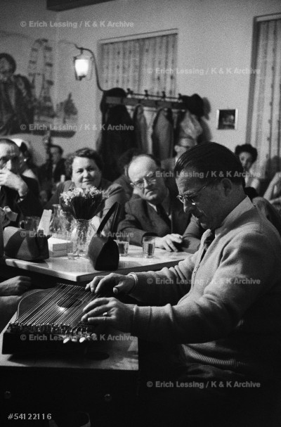 """Life in post-war Vienna:Anton Karas,publican andcomposer of the """"Harry-Lime theme""""plays the zitherfor his guests.""""The Third Man"""",Carol Reed's post-warepic of crime in post-war Vienna,starred Orson Welles.Vienna,1954"""