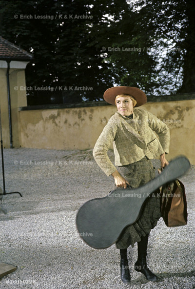 Maria (Julie Andrews) arrives with her guitar and valise at the Trapp villa (castle Frohenburg). The making of the Sound of Music. salzburg, Austria, 1964.